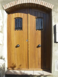 Puerta de acceso a vivienda bajo dintel