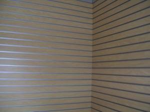 Revestimiento vertical en madera y aluminio